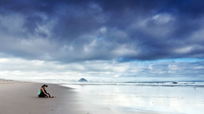 lonely_mood_sad_alone_sadness_emotion_people_loneliness_Solitude_beacg_ocean_2560x1440