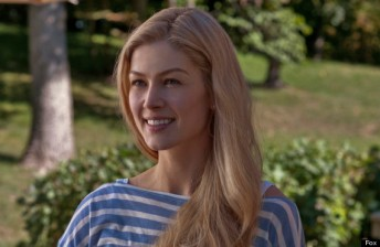 DF-02130_R – Rosamund Pike portrays Amy Dunne, whose mysterious disappearance turns her husband into a possible murder suspect.